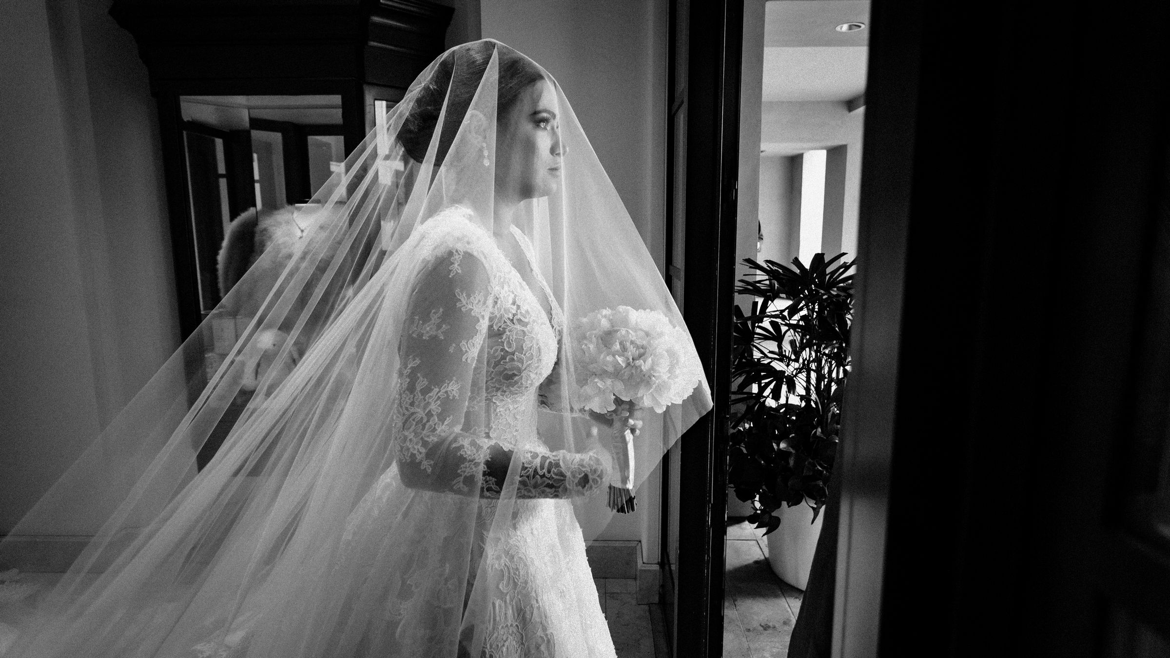 maria-emotional-moments-before-walking-down-the-aisle-wedding-mzef1497.jpg