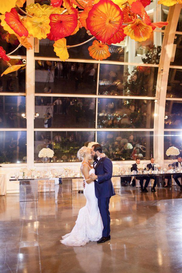 wedding-photographer-chihuly-garden-glass-seattle-lindsay-daniel-700_lndd2277.jpg