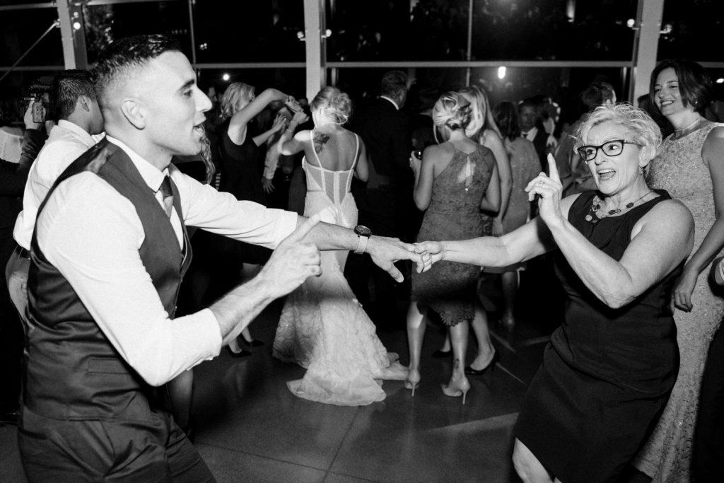 wedding-photographer-chihuly-garden-glass-seattle-lindsay-daniel-770_lndd2363.jpg